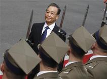 Премьер Китая Вэнь Цзябао проходит мимо почетного караула у входа в правительственное здание в Варшаве 25 апреля 2012. REUTERS/Peter Andrews