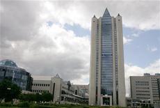 Вид на штаб-квартиру Газпрома в Москве 30 июня 2006 года. Российский газовый гигант Газпром увеличил чистую прибыль по международным стандартам (МСФО) на треть в 2011 году на фоне роста цен на газ. REUTERS/Alexander Natruskin