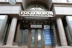 Вход в головной офис Ростелекома в Москве 30 января 2010 года. Российский телекоммуникационный оператор Ростелеком увеличил чистую прибыль в четвертом квартале 2011 года почти в 7 раз в годовом выражении до 16,7 миллиарда рублей, сообщила компания в пятницу. REUTERS/Alexander Natruskin