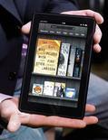 Планшет Kindle Fire в Нью-Йорке 28 сентября 2011 года. Квартальные результаты Amazon.com Inc оказались лучше самых смелых ожиданий инвесторов за счет прибыли от продаж электронных продуктов через новый планшет Kindle Fire. REUTERS/Shannon Stapleton