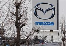Логотип Mazda у дилерского центра компании в Токио 1 марта 2012 года. Российский автопроизводитель Соллерс создал совместное предприятие с японской Mazda Motor для выпуска до 70.000 автомобилей на Дальнем Востоке, сообщила российская компания в пятницу. REUTERS/Toru Hanai