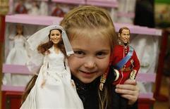 A garota de cinco anos de idade Daisy Robinson posa com as novas bonecas do Príncipe William e de Catherine, Duquesa de Cambridge, modelo de casamento, em Londres, 18 de agosto de 2011. REUTERS/Luke MacGregor