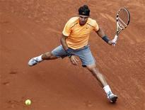 O espanhol Rafael Nadal devolve a bola a seu compatriota Fernando Verdasco durante a semi-final do Barcelona Open em Barcelona, 28 de abril de 2012. REUTERS/Albert Gea