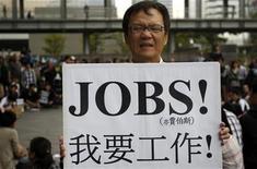 """La austeridad fiscal y las duras reformas laborales no han logrado crear puestos de trabajo, dando lugar a una """"alarmante"""" situación en el mercado laboral global, que no muestra signos de recuperación, dijo el domingo la Organización Internacional del Trabajo (OIT). En la imagen, un activista muestra un cartel, en el que se lee """"Quiero un trabajo"""", durante una protesta en Taipei, Taiwan, en una foto de archivo del 15 de octubre de 2011. REUTERS/Pichi Chuang"""