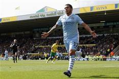 Carlos tevez (E) do Manchester City comemora durante partida contra o Norwich City pelo Campeonato Inglês em Norwich, leste da Inglaterra. 14/04/2012 REUTERS/Andrew Winning