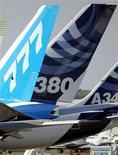<p>Boeing pourrait bientôt rechercher des acheteurs pour des longs courriers Airbus. Le constructeur américain doit racheter la moitié des 10 A340 de China Eastern Airlines dans le cadre d'un accord de six milliards de dollars (4,5 milliards d'euros) prévoyant la vente de 20 B777 à la compagnie aérienne, qui souligne à quel point la bataille fait rage sur tous les fronts entre constructeurs. /Photo d'archives/REUTERS/Régis Duvignau</p>