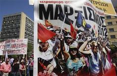<p>Des dizaines de milliers de personnes ont défilé mardi dans le sud de l'Europe (comme ici à Athènes) pour protester contre les mesures d'austérité à l'occasion du 1er-Mai, qui a pris cette année un tour particulier à quelques jours des échéances électorales en Grèce et en France. /Photo prise le 1er mai 2012/REUTERS/John Kolesidis</p>
