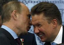 Российский премьер-министр и избранный президент Владимир Путин разговаривает с главой Газпрома Алексеем Миллером во время визита в Русское географическое общество в Санкт-Петербурге 10 апреля 2012 года. Правительство РФ одобрило повышение ставки НДПИ на газ Газпрома: с 1 января 2013 года налог, съедающий доходы концерна от продаж на внутреннем рынке, вырастет до 582 рубля за 1.000 кубометров с нынешних 509 рублей, сказал журналистам в среду замминистра финансов Сергей Шаталов. REUTERS/Alexander Demianchuk