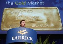 Президент и гендиректор Barrick Gold Corporation Аарон Риджент выступает на годовой встрече акционеров в Торонто 28 апреля 2010 года. Золотодобывающая компания Barrick Gold увеличила прибыль и дивиденды в первом квартале за счет повышения цен на золото. REUTERS/ Mike Cassese