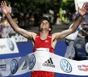 Helder Ornelas de Portugal comemora ao cruzar a linha de chegada da Maratona de Praga em maio de 2007. Ornelas foi banido por quatro anos pela federação de seu país, se tornando o primeiro atleta suspenso por doping pelo sistema do Passaporte Biológico do Atleta. Foto de arquivo 13/05/2007 REUTERS/David W Cerny