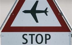 Часть дорожного знака около взлетно-посадочной полосы аэропорта в Цюрихе, 16 апреля 2010 года. Датская бюджетная авиакомпания Cimber Sterling, подконтрольная украинскому бизнесмену Игорю Коломойскому, объявила о банкротстве после того, как владельцы лишили авиаперевозчика финансовой поддержки. REUTERS/Christian Hartmann