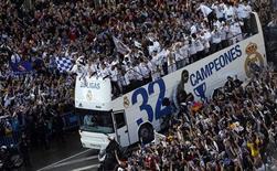 Jogadores do Real Madrid comemoram título espanhol com a torcida nesta quinta-feira. REUTERS/Susana Vera