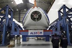 """Технические сотрудники стоят около воздушной турбины на заводе Alstom в Сен-Назер, 10 февраля 2012 года. Французский машиностроительный гигант Alstom, выпускающий скоростные поезда Allegro для линии Санкт-Петербург - Хельсинки, ждет постепенного роста рентабельности и более чем 5-процентного улучшения годовых продаж в течение следующих трех лет в связи с сохранением """"достойного"""" уровня новых заказов. REUTERS/Stephane Mahe"""