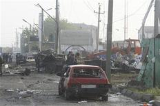 Место двух взрывов в Махачкале, 4 мая 2012 года. Около сотни человек пострадали и 13 погибли в результате двух взрывов в Дагестане на юге России. Нападение на полицейский пост в преддверии инаугурации Владимира Путина и Дня Победы стало самым крупным за последние месяцы на Северном Кавказе, который Кремль пытается утихомирить к Олимпиаде в Сочи миллиардными вложениями. REUTERS/Abdula Magomedov/NewsTeam/Handout