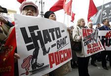 Сторонники компартии протестуют у здания посольства США в Москве 19 апреля 2012 года. Угрозы Кремля нанести превентивный удар по создаваемой НАТО системе противоракетной обороны в Европе является необоснованными, так как ПРО не представляет опасности для России, заявил в пятницу глава Североатлантического альянса. REUTERS/Sergei Karpukhin