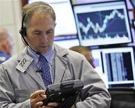 Трейдеры за работой на Нью-Йоркской фондовой бирже, 4 мая 2012 года. Уолл-стрит закончила худшую для себя неделю в нынешнем году серьезным падением в пятницу после выхода ежемесячных данных о ситуации с занятостью в США, поставивших под вопрос перспективы крупнейшей экономики мира. REUTERS/Brendan McDermid