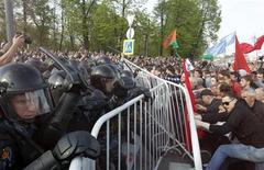 """Полиция пытается рассеять """"Марш миллионов"""" на Болотной площади в Москве 6 мая 2012 года. Марш десятков тысяч недовольных по центру Москвы за день до возвращения Владимира Путина в Кремль вылился в столкновения с полицией и массовые задержания. REUTERS/Denis Sinyakov"""