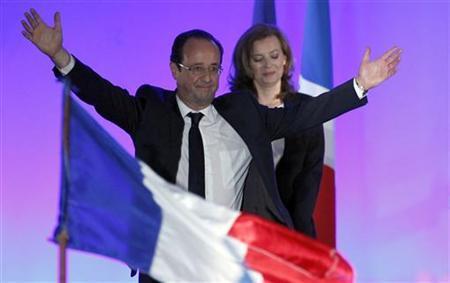 5月6日、フランス大統領選の決選投票は、社会党のオランド前第1書記が勝利。写真は支持者らを前に喜ぶオランド氏(2012年 ロイター/Regis Duvignau)