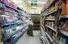 A woman shops at a supermarket in Nairobi October 23, 2008. REUTERS/Antony Njuguna