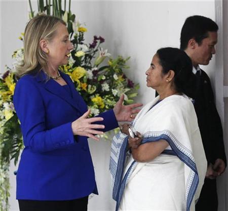 U.S. Secretary of State Hillary Clinton (L) speaks with Mamata Banerjee, chief minister of West Bengal, in Kolkata May 7, 2012. REUTERS/Rupak De Chowdhuri