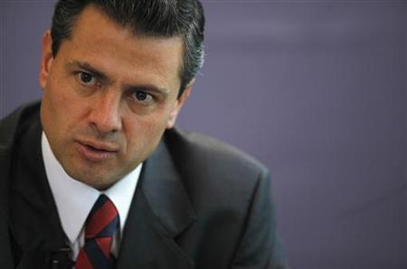 Mexico's presidential front-runner Enrique Pena Nieto speaks to Reuters' journalists at the Reuters' offices in Mexico City April 9, 2012. REUTERS/Claudia Daut