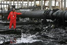 A Sudanese engineer points at the damage to an oil pipeline in a largely damaged oilfield in Heglig April 23, 2012. REUTERS/Mohamed Nureldin Abdallah