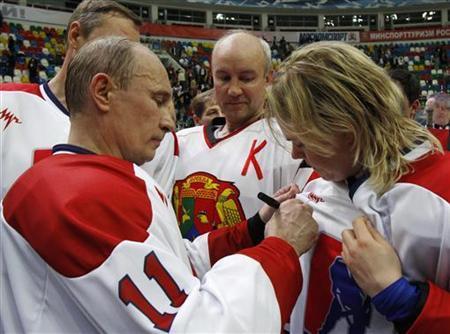 5月7日、ロシア大統領に復帰したばかりのプーチン大統領が、アマチュアチームによるアイスホッケーの大会に姿を現し、自らもユニフォームに着替え試合に出場した(2012年 ロイター/Sergei Karpukhin)