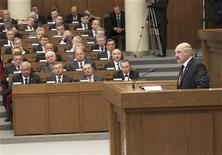 Президент Белоруссии Александр Лукашенко выступает перед парламентом в Минске 8 мая 2012 года. Лукашенко призвал устроивший ему обструкцию Запад к диалогу, но отмел ключевое требование европейских политиков ослабить давление на оппозицию, либерализовать закон о выборах и отменить смертную казнь. REUTERS/Nikolai Petrov/BelTA/Handout