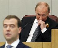 Президент РФ Владимир Путин и премьер Дмитрий Медведев в Госдуме 8 мая 2012 года. Путин начал третий срок в Кремле с раздачи поручений пока не сформированному правительству Медведева, обозначив цели, но умолчав о способах их достижения. REUTERS/Maxim Shemetov