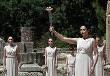 Atriz grega Ino Menegaki segura Tocha Olímpica durante ensaio para a cerimônia de acendimento da tocha dos Jogos de Londres, no local da Olímpia Antiga, na Grécia. 09/05/2012 REUTERS/John Kolesidis