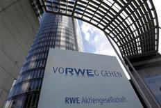 <p>RWE, numéro deux allemand des services aux collectivités, a publié jeudi un bénéfice trimestriel conforme aux attentes pour les trois premiers mois de l'année, les pertes liées aux cours élevées de ses achats de gaz ayant été compensées par des bénéfices plus élevés dans sa filiale d'exploration. /Photo prise le 6 mars 2012/REUTERS/Ina Fassbender</p>