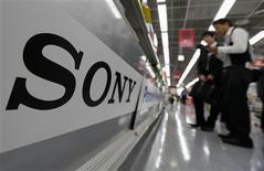 <p>Sony a accusé sur l'exercice 2011-2012 une perte nette annuelle record de 456,7 milliards de yens (4,42 milliards d'euros), plombé par ses difficultés dans les téléviseurs, mais le groupe espère renouer avec un bénéfice opérationnel sur l'exercice en cours. /Photo prise le 10 mai 2012/REUTERS/Kim Kyung-Hoon</p>