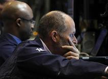 Трейдеры биржи Уолл-стрит в Нью-Йорке следят за ходом торгов, 9 мая 2012 года. Американские акции снизились в среду пятый день из последних шести, так как инвесторы продолжают следить за кризисом в Европе, но новость о том, что Греция получит очередной финансовый транш, помогла немного отыграть потери в конце сессии. REUTERS/Brendan McDermid