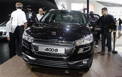 <p>La Peugeot 4008 au salon Auto China 2012 à Pékin. PSA PEUGEOT CITROËN (+4,15%) est en tête des hausses du CAC 40 sur des rachats de positions vendeuses à découvert déclenchés après que le titre a touché un plus bas depuis 1986 mercredi. /Photo prise le 24 avril 2012/REUTERS/Jason Lee</p>