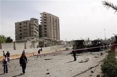 Местные жители и сотрудники службы безопасности изучают место взрыва в Дамаске, 10 мая 2012 года. Сорок человек погибли в результате двух взрывов в столице Сирии Дамаске, еще 170 человек получили ранения, сообщило в четверг местное гостелевидение. REUTERS/Khaled al-Hariri