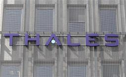 <p>Thales a annoncé un bond de ses prises de commandes au premier trimestre grâce à la signature de plusieurs contrats supérieurs à 100 millions d'euros. L'équipementier pour l'aéronautique, la défense et la sécurité a aussi confirmé ses objectifs financiers annuels. /Photo d'archives/REUTERS/Charles Platiau</p>