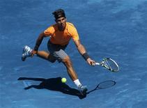 O espanhol Rafael Nadal devolve a bola a seu compatriota Fernando Verdasco durante a partida individual masculina no Aberto de Madri, 10 de maio de 2012. REUTERS/Juan Medina