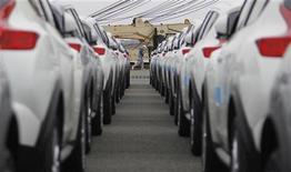 <p>Nissan Motor a annoncé vendredi une hausse d'un tiers de son bénéfice d'exploitation au quatrième trimestre et anticipe une croissance de 28% de ce solde sur l'exercice 2012/2013, grâce à une solide dynamique des ventes dans les marchés émergents. /Photo prise le 22 avril 2011/REUTERS/Yuriko Nakao</p>