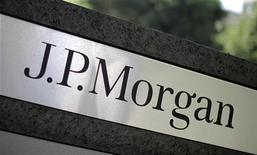 Логотип банка JPMorgan перед офисом в Лос-Анджелесе, 12 октября 2010 года. JPMorgan Chase & Co, крупнейший банк США по активам, получил торговые убытки на сумму по меньшей мере $2 миллиарда в связи с провальной стратегией хеджирования. REUTERS/Lucy Nicholson