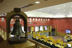 Торговый зал биржи ММВБ в Москве, 16 октября 2008 года. Российские фондовые индексы упали в начале торгов пятницы почти на 2 процента на фоне распродаж рискованных активов на зарубежных рынках, сведя на нет повышение предыдущей сессии. REUTERS/Denis Sinyakov