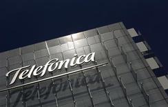 Логотип Telefonica на здании офиса компании в Мадриде, 29 июля 2010 года. Чистая прибыль крупнейшей телекоммуникационной компании ЕС Telefonica снизилась в два раза в первом квартале 2012 года из-за резкого падения цены пакета акций, которым испанский гигант владеет в Telecom Italia. REUTERS/Susana Vera