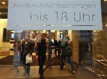 <p>Porte d'entrée d'un grand magasin à Berlin. L'inflation annuelle mesurée sur les prix de détail a été révisée à la hausse en avril, de 0,1 point à 2,1%, a annoncé l'Office fédéral de la statistique. C'est le 15e mois d'affilée qu'elle dépasse l'objectif de 2%. /Photo d'archives/REUTERS/Fabrizio Bensch</p>