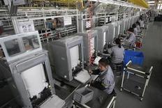 <p>Chaîne de fabrication de machines à laver, à Hefei, dans la province d'Anhui. L'économie chinoise s'est montrée hésitante en avril, avec des chiffres de production en-dessous des attentes, un ramollissement des ventes au détail et un fléchissement de l'inflation qui témoignent de conditions économiques plus difficiles que prévu. /Photo prise le 29 mars 2011/REUTERS/Sean Yong</p>
