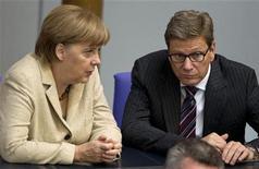"""<p>Angela Merkel et Guido Westerwelle au Bundestag. Le ministre allemand des Affaires étrangères a présenté vendredi un """"pacte de croissance"""" européen en six points, tout en rappelant que la Grèce devait se conformer à ses engagements de réformes budgétaires si elle voulait bénéficier de l'aide financière de la zone euro et ne pas être exclue de celle-ci. /Photo prise le 10 mai 2012/REUTERS/Thomas Peter</p>"""
