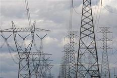 Высоковольтные линии электропередачи в Мельбурне, 15 июля 2008 года. Подконтрольные энергохолдингу ИнтерРАО генерирующие компании ОГК-1 и ОГК-3 перед присоединением к нему откажутся от дивидендов за прошлый год в пользу инвестиций, следует из их сообщений. REUTERS/Mick Tsikas