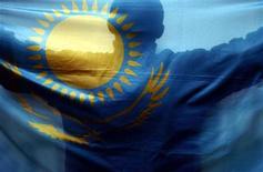 Спортивный болельщик держит флаг Казахстана в Турине, 16 февраля 2006 года. Экономика Казахстана выросла в первом квартале 2012 года на 5,6 процента по сравнению с аналогичным периодом прошлого года, сообщило агентство по статистике страны в понедельник. REUTERS/Brian Snyder