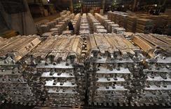 Алюминиевые заготовки на Красноярском алюминиевом заводе Русала, 18 мая 2011 года. Агентство Fitch в понедельник посулило алюминиевой промышленности дезинтеграцию крупнейших игроков, появление новых компаний и интеграцию ближневосточных производителей металла из-за низких цен на алюминий и возрастающей себестоимости производства. REUTERS/Ilya Naymushin/Files