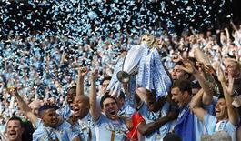 Capitão do Manchester City Vincent Kompany ergue o troféu do Campeonato Inglês após vencer a final contra o Queens Park Rangers no estádio Etihad, em Manchester. 13/05/2012 REUTERS/Darren Staples