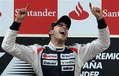 Piloto venezuelano de F1 Pastor Maldonado comemora no pódio após vencer GP da Espanha em Montmelo. A primeira de Maldonado na Fórmula 1 trouxe um raro momento de união nacional a uma pátria amargamente dividida meses antes de uma eleição presidencial. 13/05/2012 REUTERS/Felix Ordonez