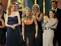 """Desperate Housewives actresses (L-R) Marcia Cross, Felicity Huffman and Eva Longoria along with the rest of the cast accept the """"Favorite Television Series"""" award during the National Council of La Raza ALMA Awards in Santa Monica, California September 10, 2011. REUTERS/Gus Ruelas"""